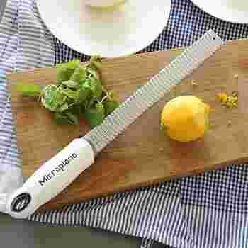簡単にサラダをリフレッシュしたかったら、トッピングを変えてみるのはどう?こんなおろし器があれば、気軽にレモンやチーズをサラダにトッピングできますよ。