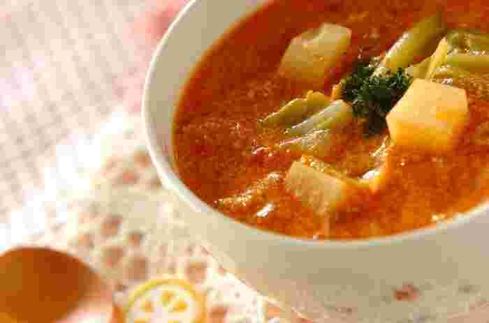 春野菜たっぷりの、簡単トマトクリームスープです。トマトソースは市販の缶詰を使って作るので、時短でできちゃうのも嬉しいポイント。春キャベツやジャガイモ、玉ねぎを柔らかく煮込んで、栄養満点のほっこりスープの完成です♪