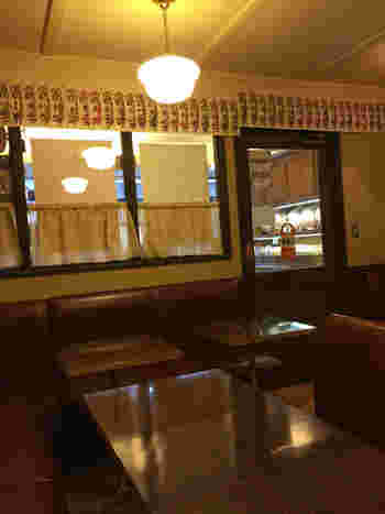 店頭のショーケースには、ゼリーやロールケーキ等テイクアウトスウィーツが並んでいますが、店の奥には喫茶室が併設され、珈琲やスウィーツ、軽食が頂けます。 【昭和レトロな雰囲気が魅力の店内】