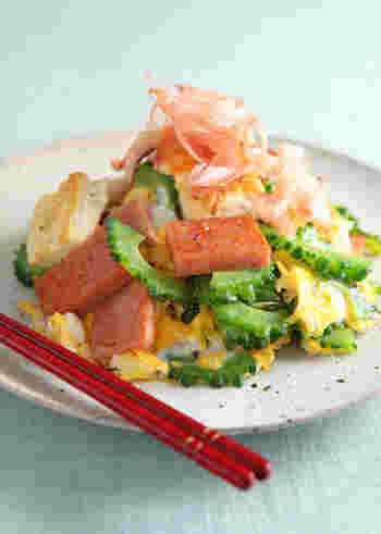 ゴーヤと豆腐、そして肉の代わりにスパムを使って作るゴーヤチャンプルー。ハワイで人気のスパムむすび(おにぎり)は日本でもここ数年人気が高まり、手軽にスーパーマーケットで購入でき、程よい塩気のスパムは炒め物に入れても美味しくいただけ、ゴーヤとの相性もバッチリです。