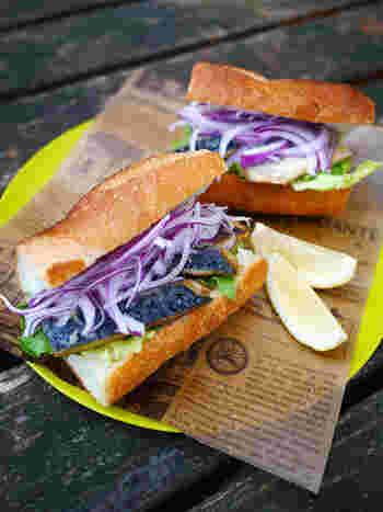 トルコ・イスタンブール名物のサバサンドを、塩サバを使って手軽に。BBQコンロで塩サバを焼いて、あつあつをはさんでいただくのもおすすめ。サバのうまみのエキスがパンにしみ込んでジューシーなおいしさが楽しめます。