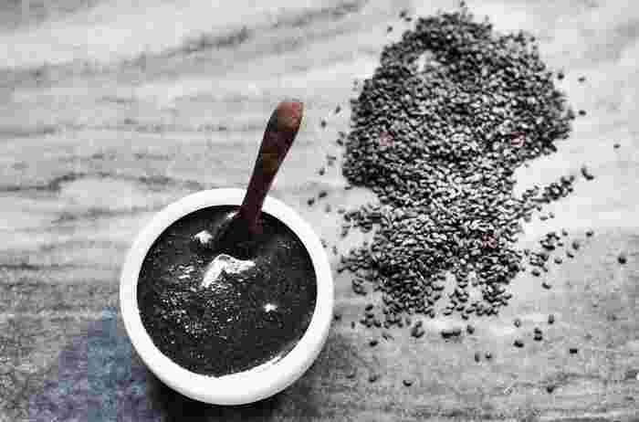 身体の巡りの中でも、便秘解消に役立つだけと言われている黒ごま。適量は1日に大さじ1杯程度。毎日スプーン1杯のごまを取り入れた習慣を続けて、元気とキレイを叶えましょう。