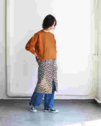 難易度が高そうな柄スカートは、いつものスウェットとデニムで簡単クリア♪色のトーンを抑えることで、全身に統一感が出ています。トップスは短めをセレクトしてスタイルアップを狙いましょう!