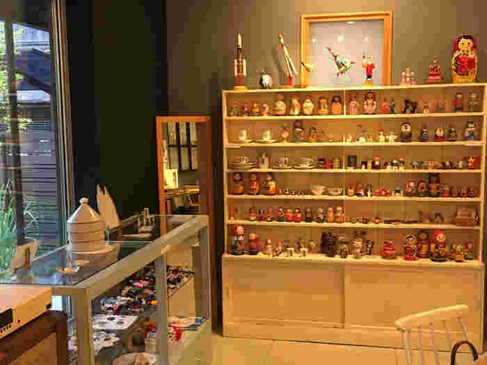 店内には、オーナーの井岡美保さんが買い付けに行っているという世界の雑貨がたくさん。マトリョーシカやカップなど、どれも乙女心をくすぐるものばかりです。