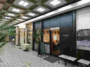 """こちらは新橋駅前ビルの1階にある「巴裡 小川軒 サロン・ド・テ」。""""レイズン・ウィッチ""""で有名な「巴裡 小川軒」のカフェ店舗で、素材や鮮度にこだわったケーキがいただけます!"""