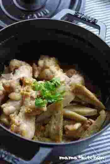 手羽元とごぼうをホーロー鍋でじっくり煮たレシピ。相性のいいはちみつと粒マスタードの味つけです。じんわりと火が入るので、手羽元もごぼうも柔らか。味もしみしみです。