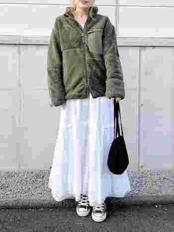 スポーティーなユニクロのフリースジャケットに、フェミニンなデザインのレーススカートを合わせたおしゃれな甘辛MIXコーデ。人気のトレンドスタイルも、ミリタリーテイストのカーキ色と上品な白を組み合わせることで、より今年らしい印象に。
