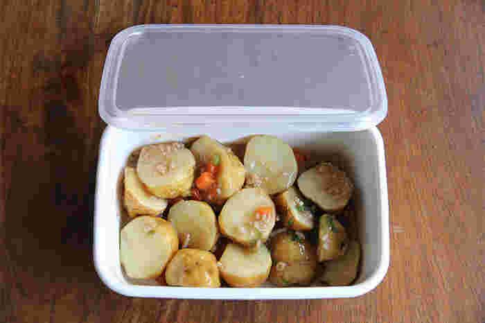 琺瑯は直火にかけることができ、冷凍にも入れられるので、冷凍したお惣菜をそのまま温めて、食卓に出すことが可能です。そんな保存容器にもなり、調理器具にもなり、食器にもなる琺瑯、特にこちらの長方形の深型のレクタングルは、保存、調理、そのまま食卓へと出すのに最適な形と深さなので重宝します。