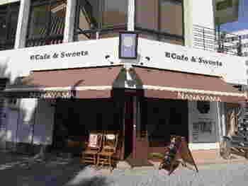 新宿御苑前駅から徒歩3分、まるで洋菓子店のようなかわいい外観の「新宿御苑 ろまん亭」。インスタ映えするおしゃれで美味しい和風スイーツが人気のお店です。