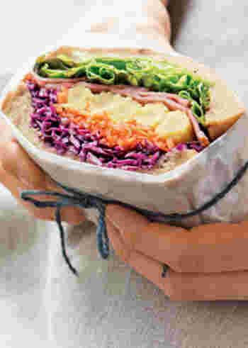 色とりどりの野菜の断面が美しい、5色サンドイッチ弁当です。紫、オレンジ、黄色、ピンク、緑と、見ているだけで元気になれそうなカラフルな配色。ヤングコーンの断面がまるでお花のようで、春のお花畑みたいな可愛らしい出来栄えです。
