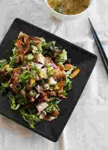 チャーシューがゴロゴロ入ったサラダは食べ応えあり。パリパリに揚げた餃子の皮が食感のアクセントになっています。味付けは煮詰めたチャーシューの煮汁とごま油をまわしかけるだけなので、ドレッシング要らずなのも嬉しいですね。