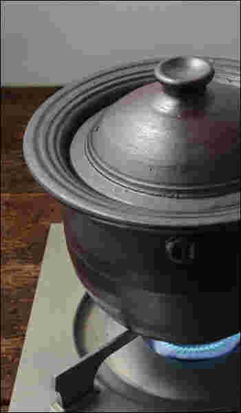 こだわったのは「高さ」。ご飯を美味しく炊くにはお米を上下に上手く対流させる必要があるので、鍋の高さが重要になってきます。 また土鍋の保温性の良さは土と厚みによるもの。しかし厚みがあると重さも増してしまいます。 女性が日常で心地よく使えるようにと、厚みがあるけど重すぎない、ギリギリのところでつくられた「ちょうどよい」土鍋なのです。