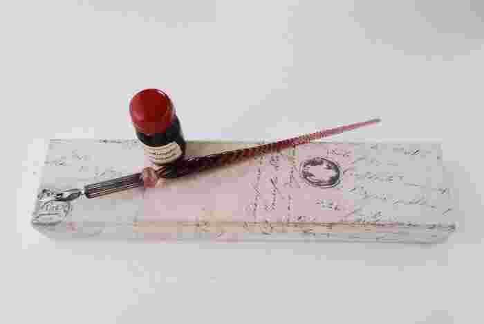 手紙の代書請け負いという、他人の秘密や心の内を垣間見る仕事。相手を想って、インクの色や紙、文字の書き方も工夫する……。それぞれのエピソードも興味深く、やさしく温かいです。文房具好きにはたまらない、こだわりの品々も登場するので、楽しみながら読み進めることができます。