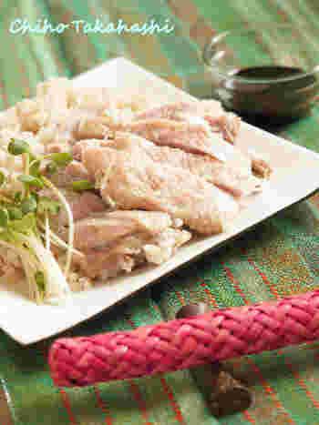 鶏肉と玄米を一緒に炊いて作るシンガポールのチキンライスは、手間なしの簡単レシピ。玄米に鶏肉の旨みが浸み込んでおいしそう。こちらは発芽玄米で作っていますが、普通の玄米でも大丈夫です。