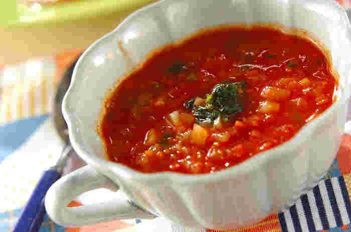 トマト、玉ねぎ、にんじん、ほうれん草、野菜がたっぷり入ったヘルシーなトマトスープは、野菜のうまみがたっぷり溶け込み、お代わりしたくなっちゃう美味しさ!トマトの赤が美しく、食卓に華やかな雰囲気をプラスしてくれます。