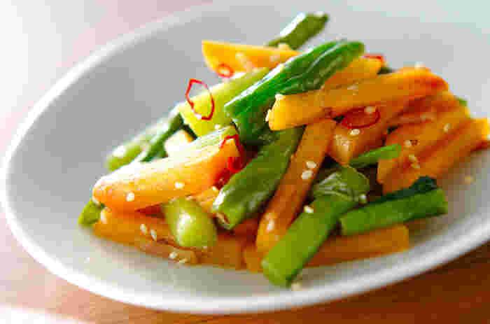 柿は炒めても美味しいんです!シャキシャキとした歯ごたえの野沢菜とほどよい歯ごたえの柿。食感も楽しい1品です。