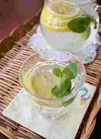 おしゃれに楽しみたいときには、レモンの輪切りやミントを浮かべるのも素敵です。ハーブはミントのほかに、ローズマリーなどでもアレンジできるのだそう♪好きな香りを加えてみてくださいね。