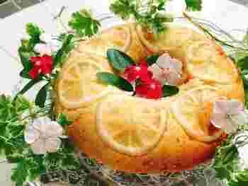 春夏にピッタリなのが、冷やして食べるレモンケーキ。甘酸っぱいレモンと、優しい甘さの生地が、絶妙なバランスのお菓子です。 牛乳とレモン汁の配合を工夫すれば、自分好みの味を探すこともできます。レモンの見た目もキレイなので、おうちパーティーやお持たせとしても活躍してくれそう。