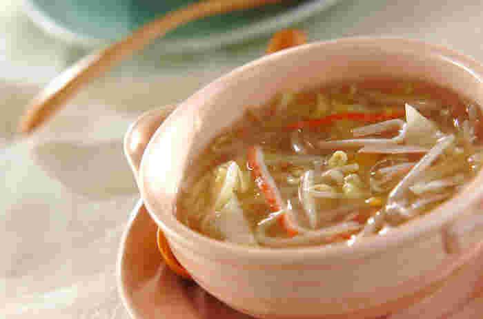寒い季節には、とろみをきかせたスープがぴったり!体の芯までポカポカに… もやし&春雨入りなので、食べ応えも抜群なので、カロリーを気にしている方も大満足のおすすめのレシピです。