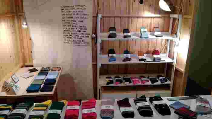 メンズソックス専用ブランド「SOC TOKYO」の靴下が店内にずらり。デザイン性やクオリティの高さが魅力です。他にも、音楽ライブやワークショップなどが開催されています。アートに触れられる清澄白河を代表するお店のひとつです。