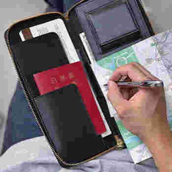 パスポート、航空券、旅の日程表、ボールペンは1つにまとめておくと、空港での手続きの際にスムーズです。紛失しないようにケースはジッパー付きに。