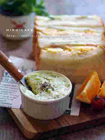 ゆでたそら豆をマッシュして、クリームチーズ、マヨネーズ、レモン果汁をくわえてまぜあわせます。パンにはさんでも美味しいとのこと。