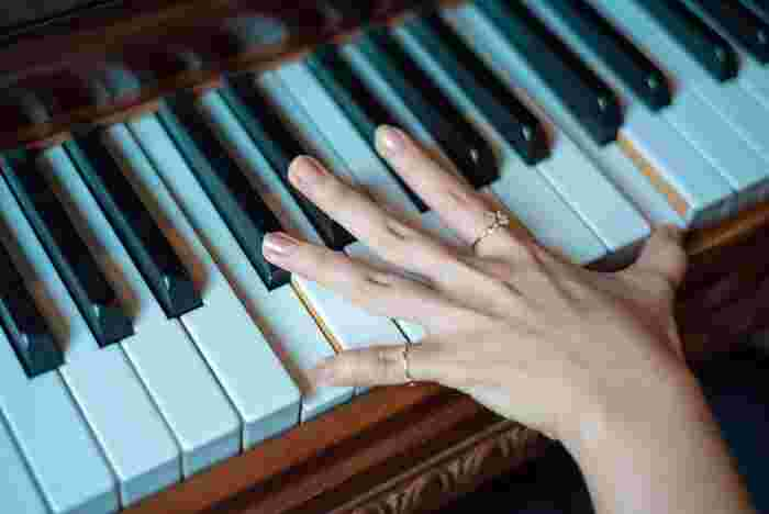習い事で楽器と言えば、やはり真っ先に思いつくのがピアノです。低い音から高い音まで88鍵もの鍵盤を持ち、7オクターブもの広い音域を表現することができる、まるでオーケストラのような万能な楽器。10本の指をフル活用して音を出すので、脳の活性化にも効果的です!