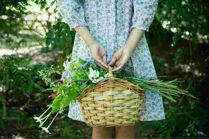 ミナ ペルホネンとのコラボによる刺しゅうの生地『field of flower』。淡い色のストライプやチェックの生地に一輪ずつ散らされた小さな草花、音楽を奏でるように飛ぶちょうちょ。リズム感のある楽しい図柄です。 (撮影:Machiko Odan)