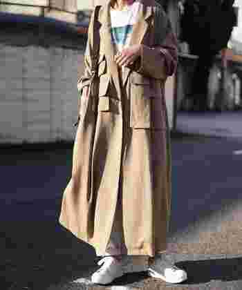生地の落ち感がまるでワンピースのようにも見える軽めのコート。プリントTシャツとチノパンを合わせて、程よい抜け感を生み出しましょう。