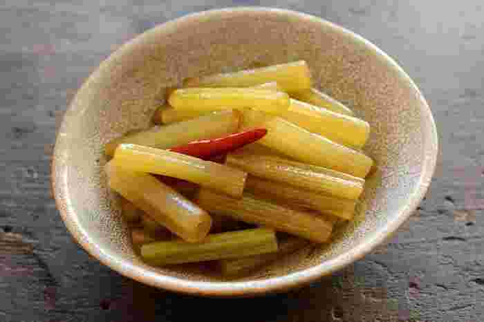 しゃっきりとした食感と独自の苦味が季節を演出してくれるフキの煮物。ごま油を効かせることでさらにご飯に合う一品になっています。