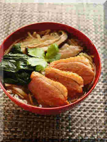 そば好きに人気の鴨南蛮。鴨肉は冬がとくにおいしく、一般のスーパーでも比較的手に入りやすいので、ぜひ作ってみませんか?このレシピでは、鴨をこんがり焼いています。