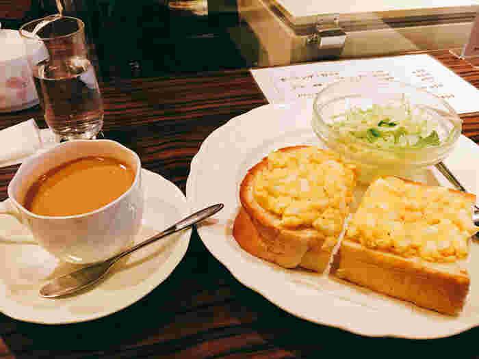 モーニングセットは、飲み物に、トースト、サラダ付き(トーストは、バター・チーズ・タマゴから選べます)。