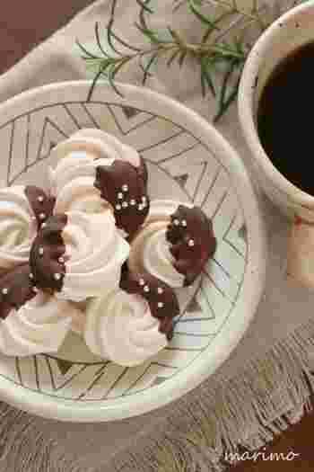 焼きメレンゲにチョコをコーティングしたおしゃれなお菓子。メレンゲにコンスターチを少し入れると、しっかりしたサクサクの仕上がりになるとか。また、グラニュー糖を溶かしきって卵白によくなじませることが、なめらかさを生むコツのようです。