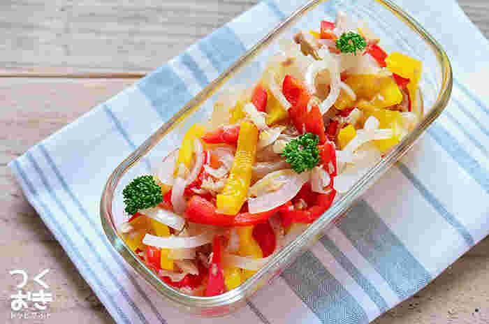 カラフルなパプリカがお弁当を彩り豊かにしてくれる「ツナとパプリカのマリネ」。さっぱりとしているので濃いめの主菜とも合わせやすいレシピです。たまねぎの辛みが気になる時は、細切りにしたたまねぎをレンジで1~2分加熱すればOK。辛みが和らぎます。