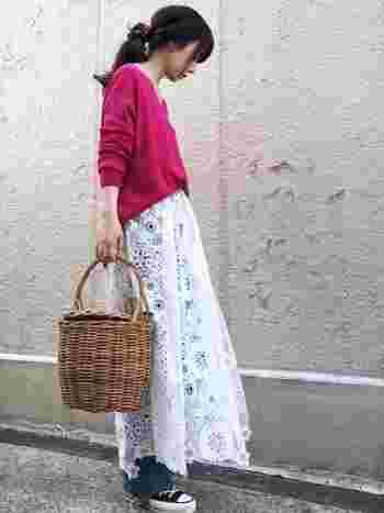 発色が綺麗な赤ニットとデニムに大柄のレース巻きスカートを合わせて。カゴバッグで仕上げて春らしいフェミニンなスタイルに♪
