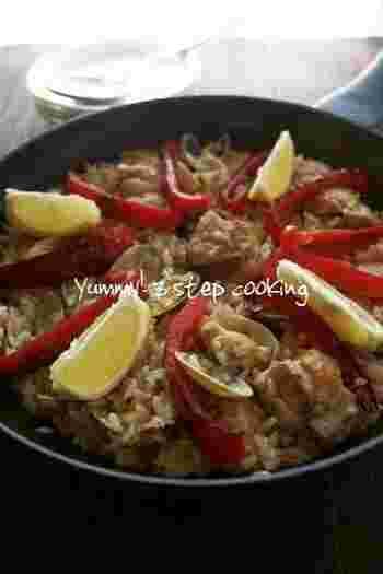 こちらはサフラン不使用のお手軽パエリアレシピ。大人気のお料理も自宅で簡単に作れます*鶏肉とあさりのうま味もやみつきになります。