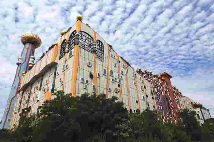 526ある窓のうち、393個の窓は装飾です。