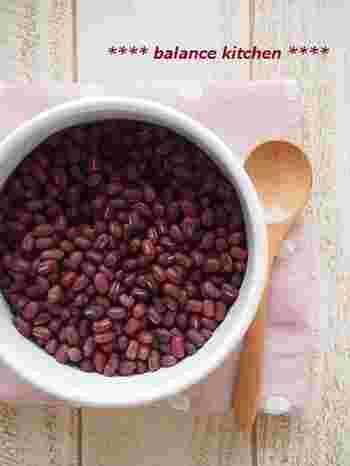 雨の日にだるさを感じるときには、身体や頭部の水分の巡りが悪くなっていることが。利尿作用のある小豆を食べて、体内の水分調整をしましょう。白砂糖は身体を冷やしてしまうので、甘さは黒砂糖やハチミツなどでプラスしてみて。
