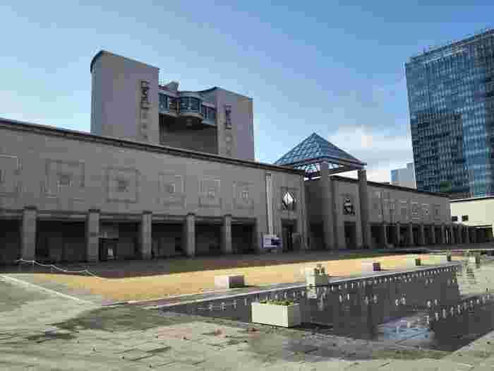 みなとみらい線のみなとみらい駅からすぐのところにあるのが「横浜美術館」です。この美術館は、1989年に丹下健三氏の設計のもと建てられました。エントランスのピラミッド型のガラスの屋根を中心とした、シンメトリーな外観が印象的です。8階建ての半円形の建物が堂々たる風格を見せてくれます。