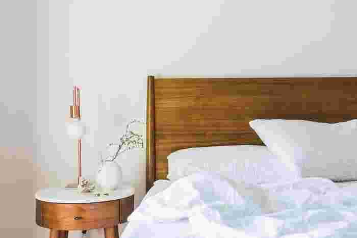 風水では自然のエネルギーを得られる「木製」のベッドで、なおかつヘッドボードが付いたデザインをすすめています。さらにヘッドボードを壁にぴったりとつけて配置することで、気の流れが安定し開運につながると言われています。
