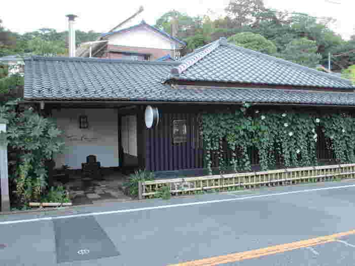 """北鎌倉駅より歩いてすぐのところにあるイタリアンレストラン""""タケル クインディチ""""。古民家を改装たお店はとても雰囲気がよく、なかなか予約が取れないほどの人気ぶり。"""