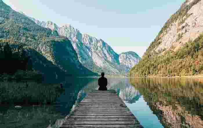 自然に触れることで気持ちがリフレッシュし、心が落ち着いたという経験はありませんか?自然の中で深呼吸すると、気分がすーっと晴れていきますよね。休みの日に山や海へ出かけても良いですし、家の中に観葉植物を置くのもおすすめですよ。