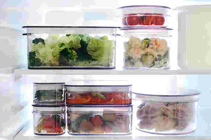 シリコンゴムがパッキンとして蓋に使用されているので 密閉性もバッチリ。さらにサイズ展開や形状も豊富で、保存しやすい四角形の「レクタングル」から、角がなく洗いやすい「ラウンド」などあり、どれも冷蔵庫で重ねて保存しても透明なので中身が一目でわかり、保存容器としても優秀です。