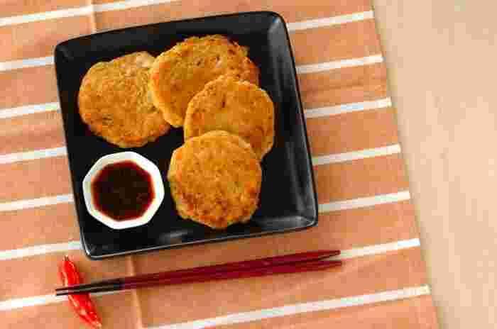 鶏ひき肉とキムチで作るチヂミ。鶏ひき肉の旨味にキムチの辛みがほどよくマッチし、薄く小さく焼けば、見た目も可愛いだけでなく、10分ほどで短時間で作れるので時短にもなります。見た目もキュートで味も抜群のシンプルレシピは、盛りつけを工夫すればランチのおもてなしにも使えそう。