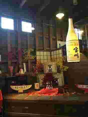 """酒造りは寒い時期の仕込みが一般的ですが、亀甲蔵は北海道の気候を活かし、全国的に珍しい《四季醸造》を行っています。どの時期でもしぼりたての""""生原酒""""が味わえる。"""