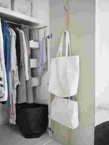 フックにバッグや帽子など小物を収納することで、扉のデッドスペースを上手に有効活用できます。その日の服を選んで、コーデに合うバッグを決めて・・・と、一連の動作をこのクローゼット前でできるようになります。