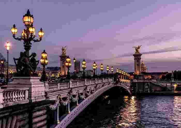 パリの素敵な街並みに魅了される映画。昔のパリってこんな感じだったのか、と胸がわくわくする。どの時代に生きていても「昔はよかった」「あの時代に生まれたかった」と人々は思うのだろうな…。「パリは雨のときがいちばん素晴らしいの」というセリフにうっとりします。とにかくパリの美しさに、きゅんきゅんしっぱなしの映画です。