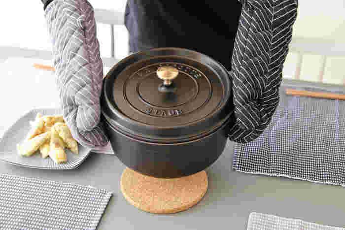 フランス生まれの鋳物ホーロー鍋、staub ピコ・ココット。実用性はもちろん、おしゃれな見た目からSNSなどで大人気!旨味を含んだ蒸気が鍋の中で循環し、食材本来の旨みを最大限に引き出します。