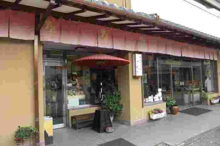 石川県金沢市にある「金箔屋さくだ」は、1919年(大正8年)創業の金箔の化粧品、工芸品販売の老舗。金沢の伝統工芸、金箔作業工程の見学と金箔貼り体験も行っています。