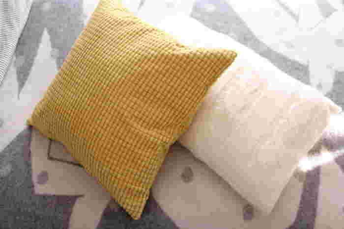 クッションカバーなど、小さな面積のものから取り入れてみる方法もおすすめです。アクセントカラーとして使えば、お部屋がぐっと秋らしくなりますよ。